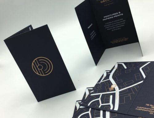 Carte de visite prestige triptyque pli portefeuille – Impression blanche numérique – Pantone cuivre 876 – Sirio color Dark Blue 290gr/m2