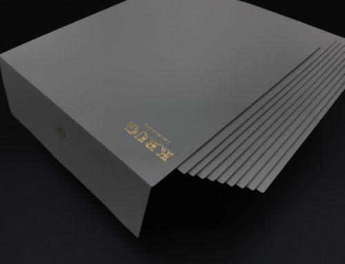 Dorure à chaud Or brillant Recto Verso sur enveloppes carrées 170x170mm- Curious Matter Andina Grey