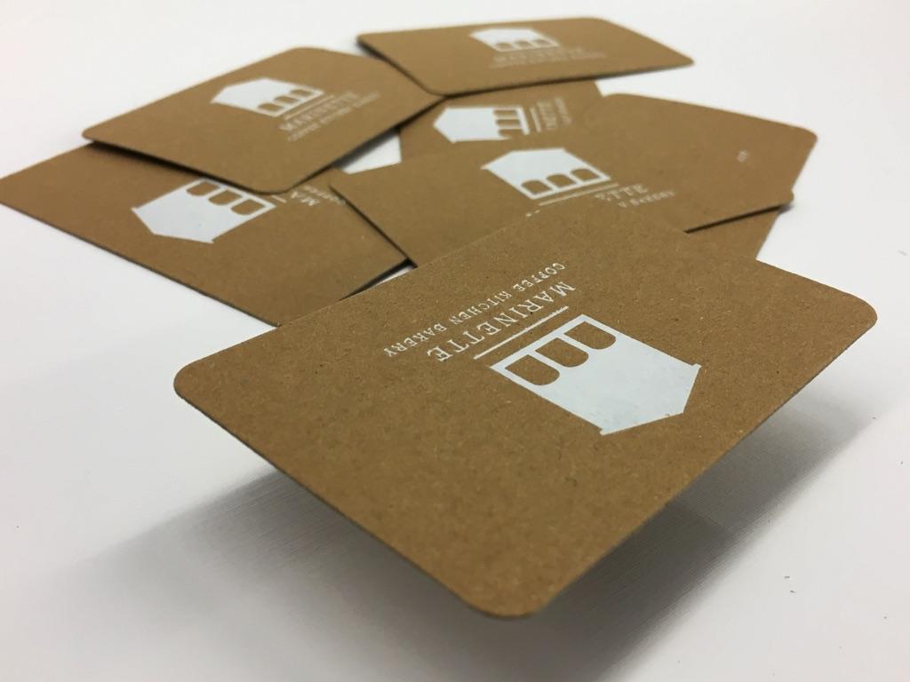 cartes commerciales sur kraft avec coins rond dorure chaud blanc brillante imprimerie icb. Black Bedroom Furniture Sets. Home Design Ideas