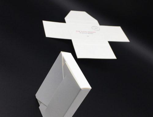 Pochette cadeau boutique – Forme de découpe – dorure à chaud or brillante – Olin regular 300gr/m2