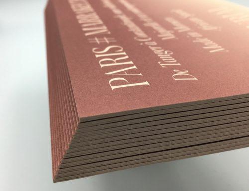 Carton d'invitation embossé et contre collé en Triplex 900gr/m2 – Pantone Offset – Curious Metallics Nude