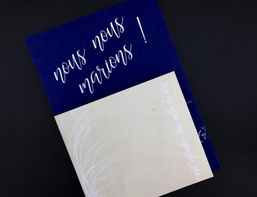 Save the date cap ferret white and blue – Contre collage duplex 600gr/m2 Keaykolour royal blue et – Marquage à chaud en débossage blanc – Foureau colorplan stone impression blanche