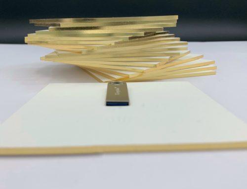 Carton d'invitation 2mm clé USB Luxe – Contre collage triplex avec gaufrage et Dorure sur tranche Or Kurz