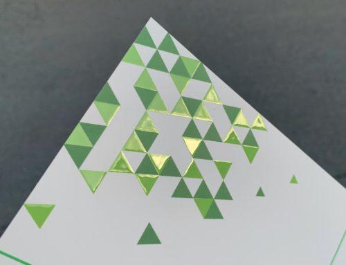 Carte de Voeux triangle avec pelliculage soft touch et vernis 3D Numérique – couché mat 350gr/m2