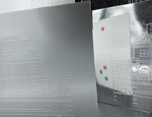 Invitation duplex 670gr/m2 avec Embossage sur Splendorlux Metal Argento et Splendorlux Mirror Argento – Olin Extra Blanc 300gr/m2
