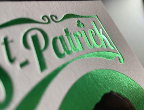 Carte Cadeau Saint Patrick – Dorure à chaud traditionnel en débossage Vert – Materica Gesso 360gr/m2