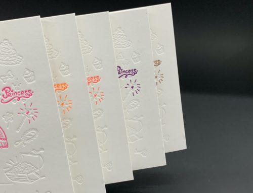 Invitation Letterpress et débossage pur en Pantone Fluo Orange, Rose, Violet, Rouge  – Old Mill 510gr/m2