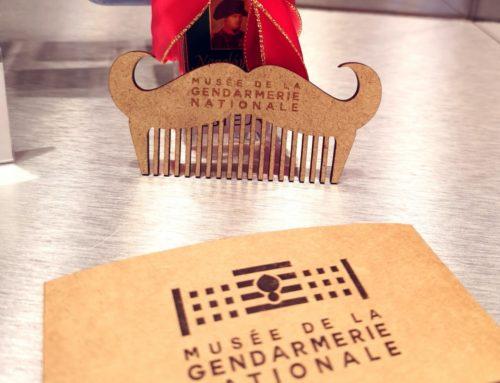 Peigne à moustache Musée de la Gendarmerie – Gravure et découpe laser sur bois MDF