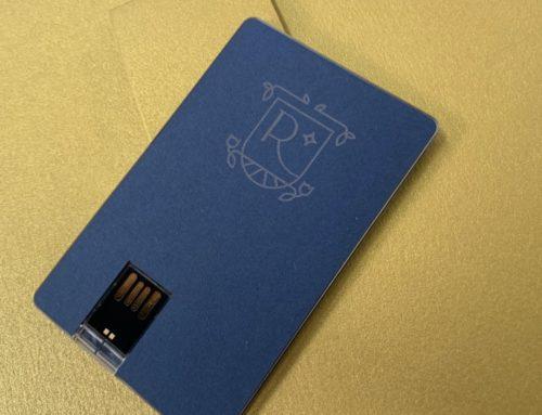 Gravure laser logo Renaissance sur papier Colorplan Cobalt 135gr/m2 – Clé USB carte