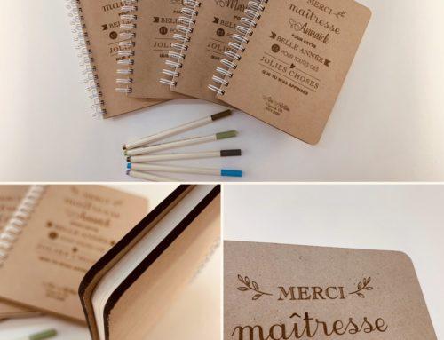 Cadeau pour maitresse – Carnet de notes en reliure métal avec couverture en bois – Gravure laser
