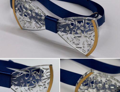 Noeud papillon en plexiglas sur mesure avec découpe laser Mickey, coeur et casque audio – Ruban satin Bleu et Dorure Or Mat