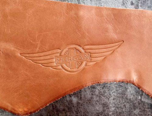 Débossage logo sur cuir marron pour sellerie personnalisée – Morgan