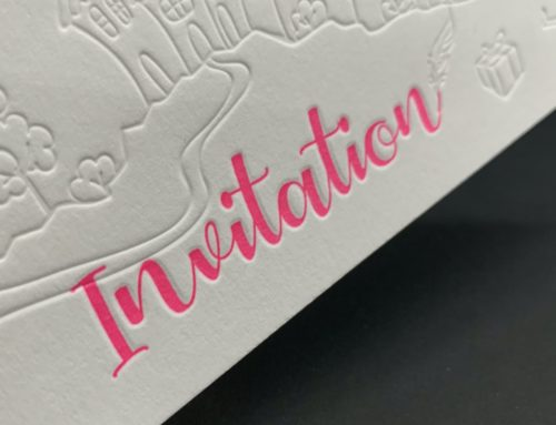 Faire part de baptême Letterpress Rose Fluo Pantone 806 et débossage pur sans impression – Old mill 510gr/m2