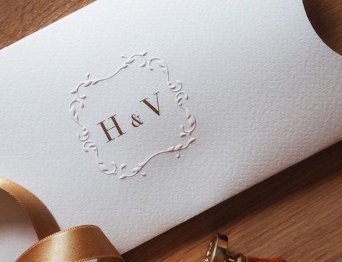 Faire-part de mariage raffiné avec pochette en gaufrage et Pantone 0R 871 sur un papier Tintoretto Gesso