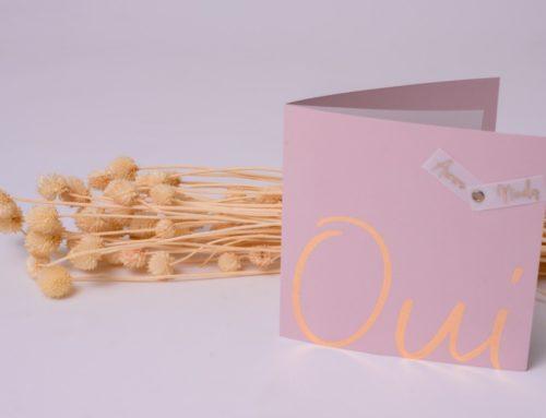 Faire-part de mariage OUI rose nacré et dorure numérique cuivre sur calque et Sirio Pearl Misty Rose avec rivet laiton
