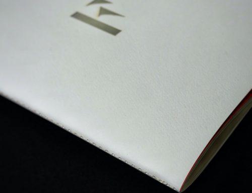 Portfolio graphiste en brochure avec papier texture Tintoretto gesso et découpe laser holographique et couture singer blanche
