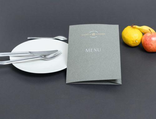 Chemise à rabat porte menu Restaurant sur Gmund Leather Pebble avec contre collage duplex Gmund Color matt N°23 et Marquage à chaud Blanc et Or
