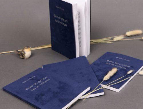 Livre Recueil de Poésies – Dorure à chaud Argent Mat sur papier velours bleu – Gmund Kaschmir Deep Blue Cloth 400gr/m2 – Dos Carré collé