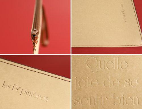 Pochette avec Zip en couture Singer – Débossage pur et dorure cuivre – Gmund No Color 300gr/m2