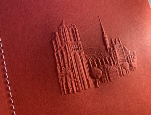 Gaufrage Monument multiniveaux 3D – Colorplan Bright Red 270gr/m2 – Couture Singer Blanche