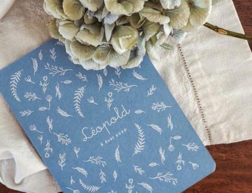 Faire part de naissance fleurs blanches en impression blanche Numérique – Colorplan New Blue 350gr/m2