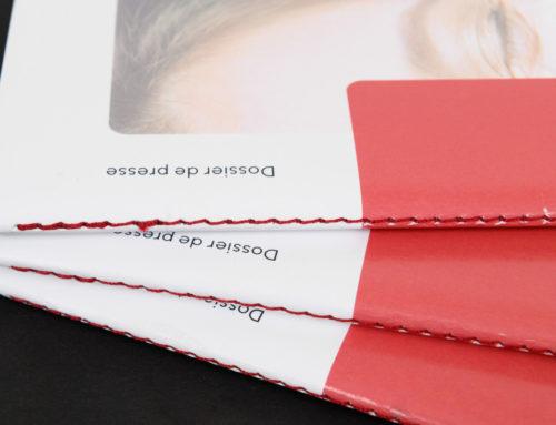 Dossier de presse beauté en reliure Singer assortie fil rouge