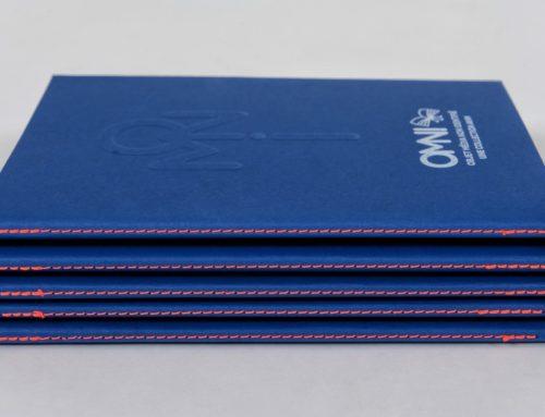 Collection de carnets avec gaufrage et impression blanche numérique en couture Singer Orange fluo – Colorplan Cobalt 270gr/m2