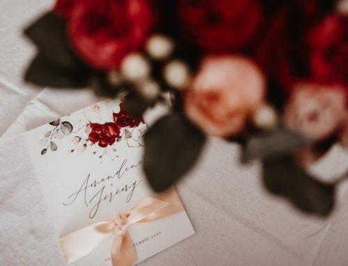 Faire-part de mariage luxe et raffinement – Dorure à chaud traditionelle or mat sur papier texturé et ruban satin rose poudré – Tintoretto 350gr/m2