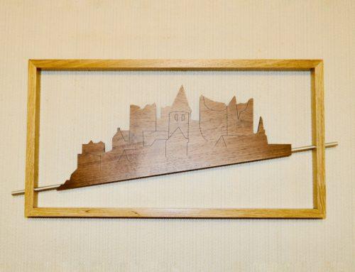 Tableau d'artiste vue sur village – découpe laser Noyer massif 5mm dans cadre Chêne