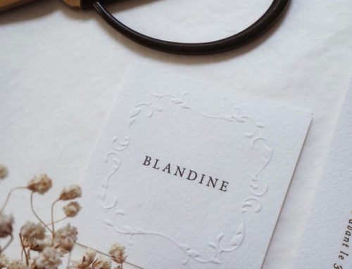 Nom de table carré pour mariage avec embossage sur papier texturé Tintoretto gesso