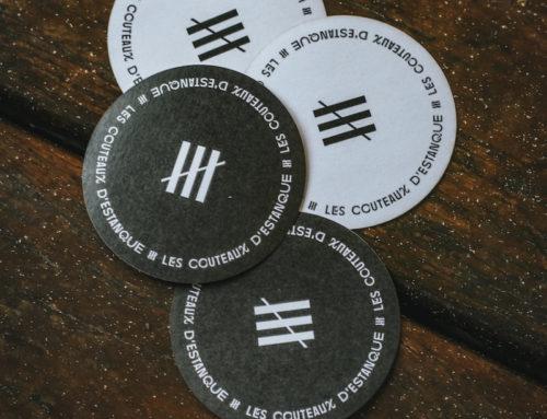Stickers rond black and white sur mesure pour artisan coutelier – Découpe laser à l'unité – Adhésif velin 70gr/m2