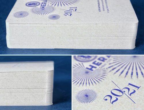 Carte de voeux Letterpress Bleu Reflex sur carton gris recyclé 1mm avec angles arrondis 9mm