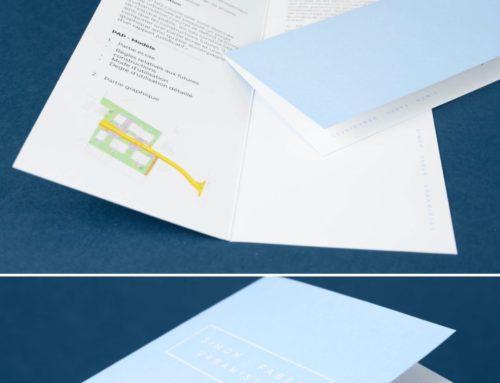 Dépliant 2 volets Architecte Luxemenboug – Format long avec contre collage Colorplan Azure Blue 135gr et Pristine White 135gr/m2 – Dorure à chaud blanche brillante en débossage