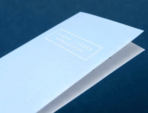 Dépliant Architecte avec dorure à chaud blanche en débossage sur un contre collage Colorplan Azure blue et Pristine White