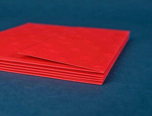Enveloppes C5 fabriquées sur mesure avec motifs en gaufrage – Curious skin rouge 270gr/m2