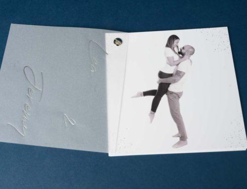Faire-part de mariage carré avec calque et dorure argent relié par un rivet assorti