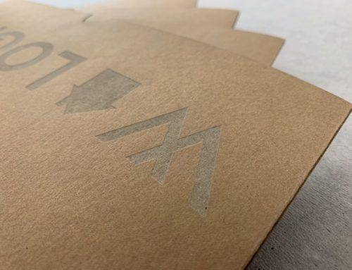 Gravure laser en détail sur papier kraft recyclé 350gr/m2