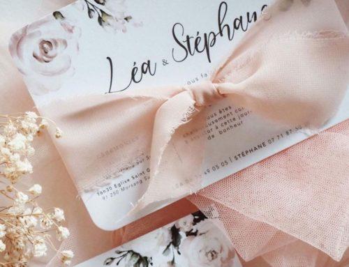 Faire-part simple et délicat sur papier texturé avec teintes pastels et fleurs – Création pack 350gr/m2 – ruban rose dentelle