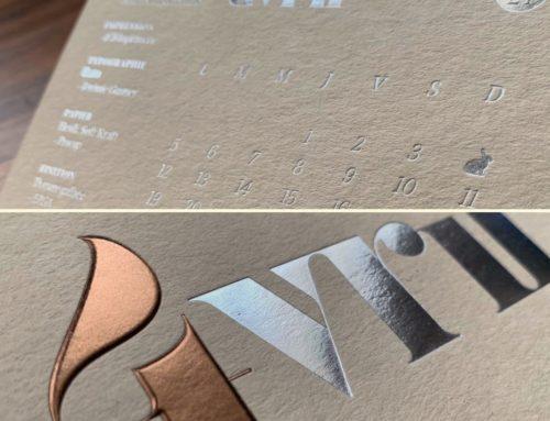 Carte Avril Calendrier ICB 2021 – Dorure à chaud Argent Brillant et Dorure Galbée Kurz 334 – Contre collage duplex – Gmund Heidi Soft Kraft