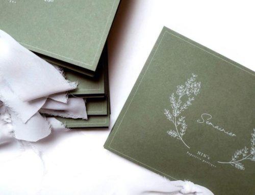 Semainier raffiné avec couverture enveloppante et fermeture par ruban de satin – Papier Colorplan Mid green 270gr/m2 avec une impression blanche numérique