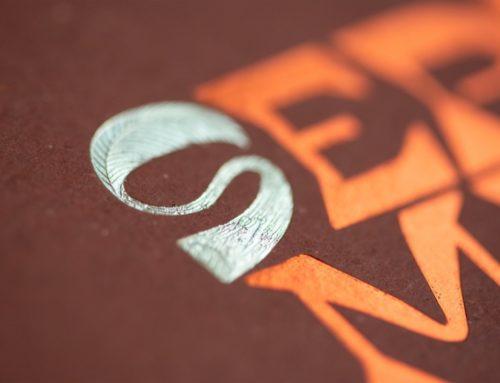 Carte Septembre calendrier collaboratif ICB 2021 – Dorure à chaud micro texture bois et feuille couleur Champagne et cuivre  – Papier recyclé Gmund Bier Ale 300gr/m2 contre collage duplex