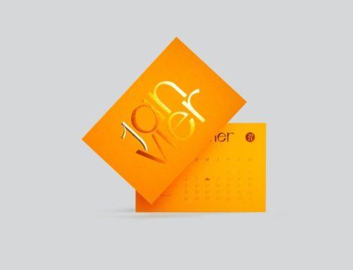 Carte Janvier Calendrier Collaboratif – Papier Up Cyclé Extract Mustard Contre collé duplex 720gr/m2 – Dorure à chaud Cuivre et Or – Marquage Or galbé en pointe de diamant