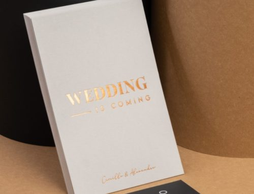 Wedding is comming – Save the date A6 en dorure à chaud Cuivre Saxon 6735 avec débossage sur Colorplan Pale Grey 540gr – Etiquette assortie impression blanche numérique du Sirio Black 290gr:m2