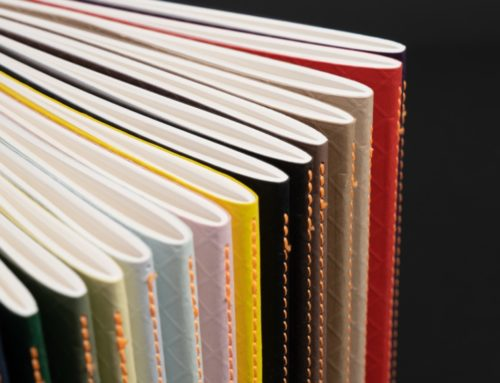 Collection de Carnets en couture singer couverture embossée Colorplan 270gr/m2 – Amethyst, Bright Red, Stone, Harvest, Nubuck Brown, Ebony Black, Factory Yellow, Candy Pink, Powder Green, White frost, Sorbet Yellow, Mid Green, Lockwood Green, Cobalt