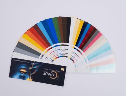 Nuancier pour film de marquage à chaud pigmentaire 32 teintes – Couverture et dos avec pelliculage mat – Reliure avec vis en laiton – Perfo de prédécoupée pour chaque teinte.