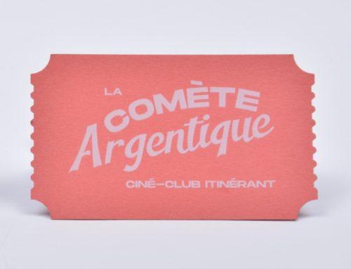 Carte de visite en forme de ticket de cinéma vintage – impression blanc numérique – découpe laser – Sirio Color Rough Flamingo