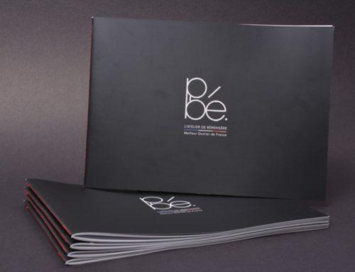 Brochure Opticien format paysage – Pelliculage mat et vernis 3D – Couture singer rouge au pli
