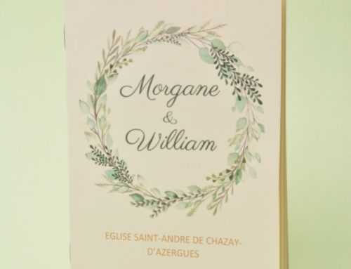 Livret de cérémonie de mariage fleuri format A6 fermé – Olin régular ivoire 170gr/m2 – 2 piqures métal