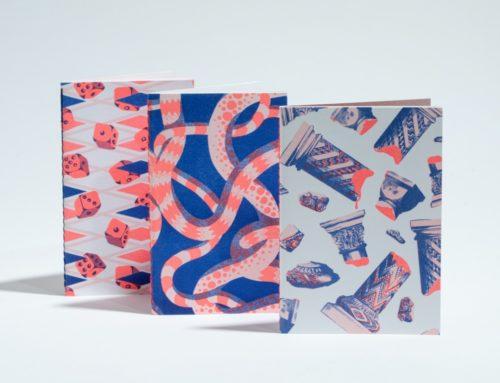 Trio de mini carnets A6 100% recyclés avec des papiers issu de rebus  – Impression Risographie et reliure en couture singer au pli