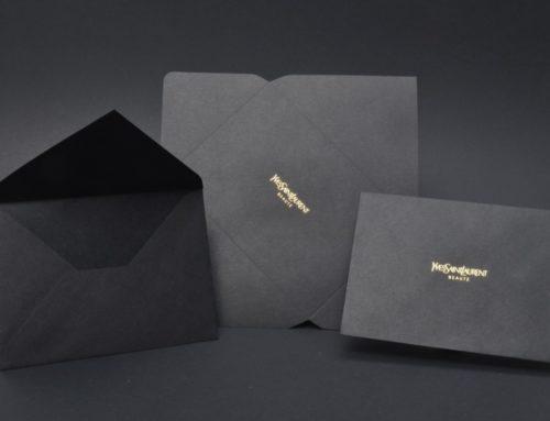 Enveloppes C6 noir luxe sur mesure avec patte pointue et marquage à chaud or brillant – Découpe à la forme